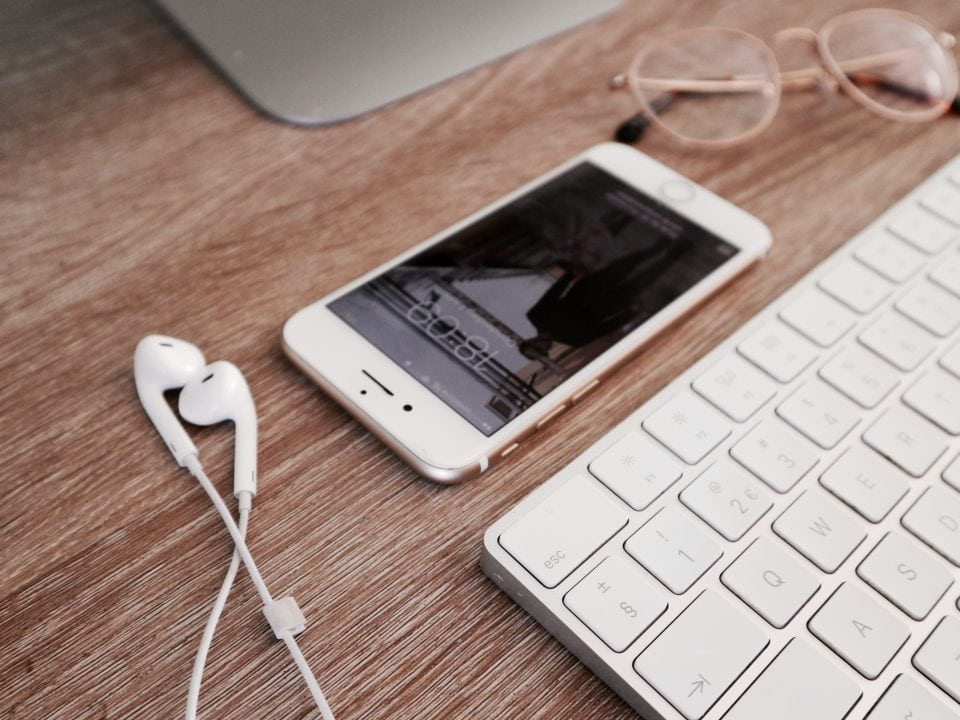 voordelen thuiswerken iPhone oordopjes werkplek georganiseerd YouTube op de achtergrond Wanneer krijgt jouw kind zijn eerste mobiele telefoon en waar let je op? momambition.nl