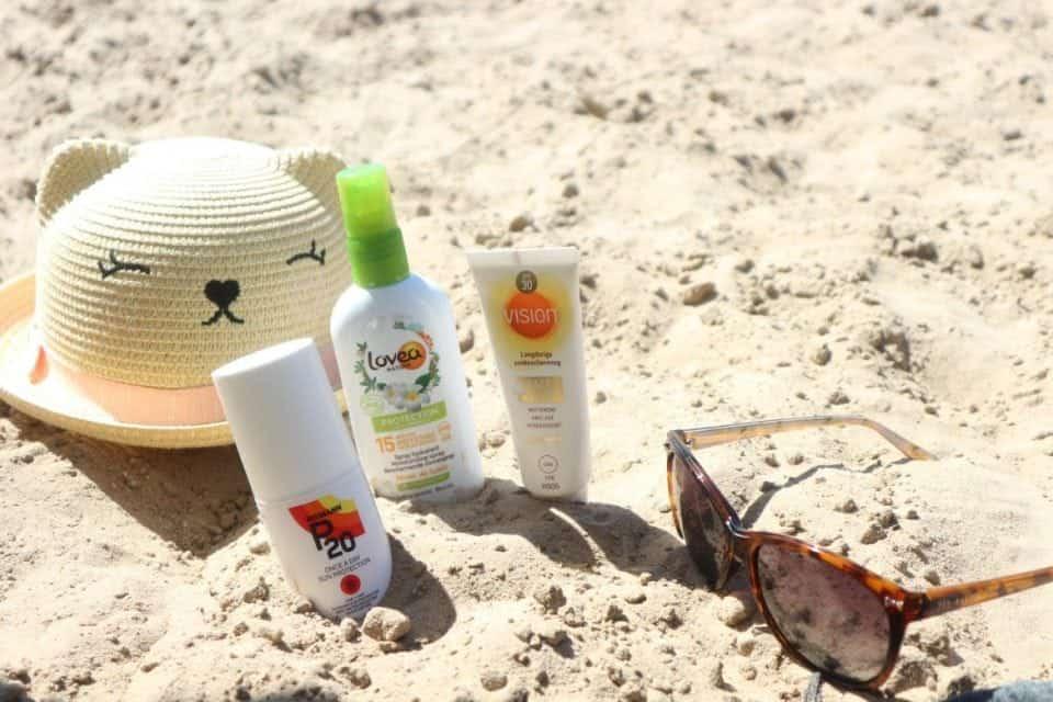 je zonnebrandcrème onder of over je dagcrème?