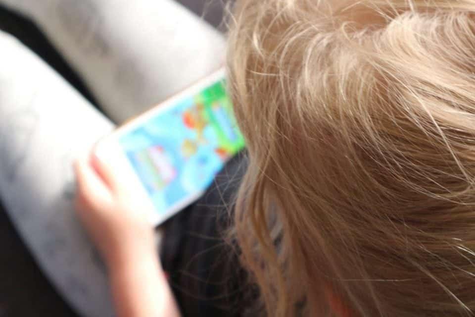 Wanneer krijgt jouw kind zijn eerste mobiele telefoon en waar let je op? momambition.nl