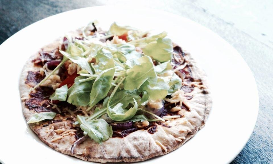 Platbroodpizza met tonijn momambition.nl